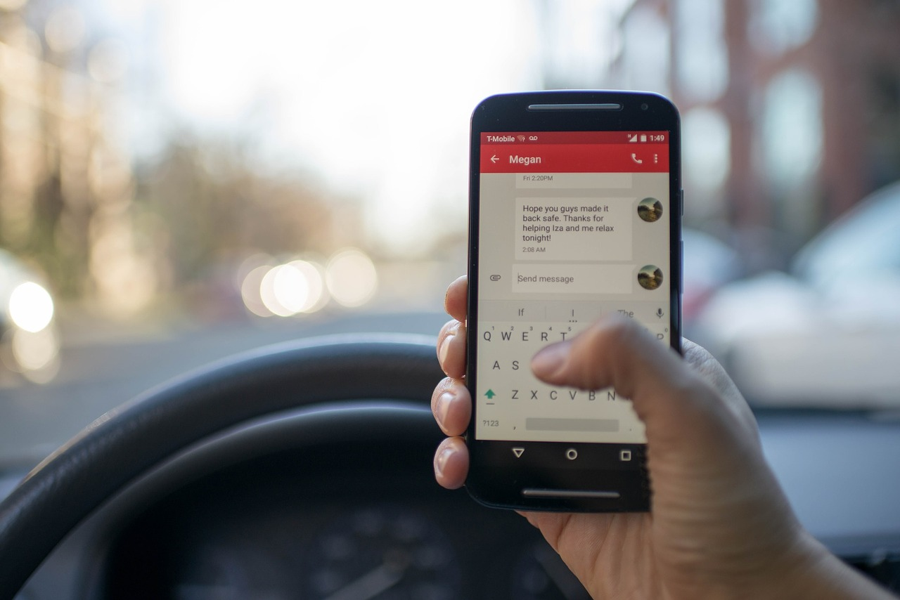 Use of mobile phone behind the wheel driver skips sanctions thanks to legal loophole